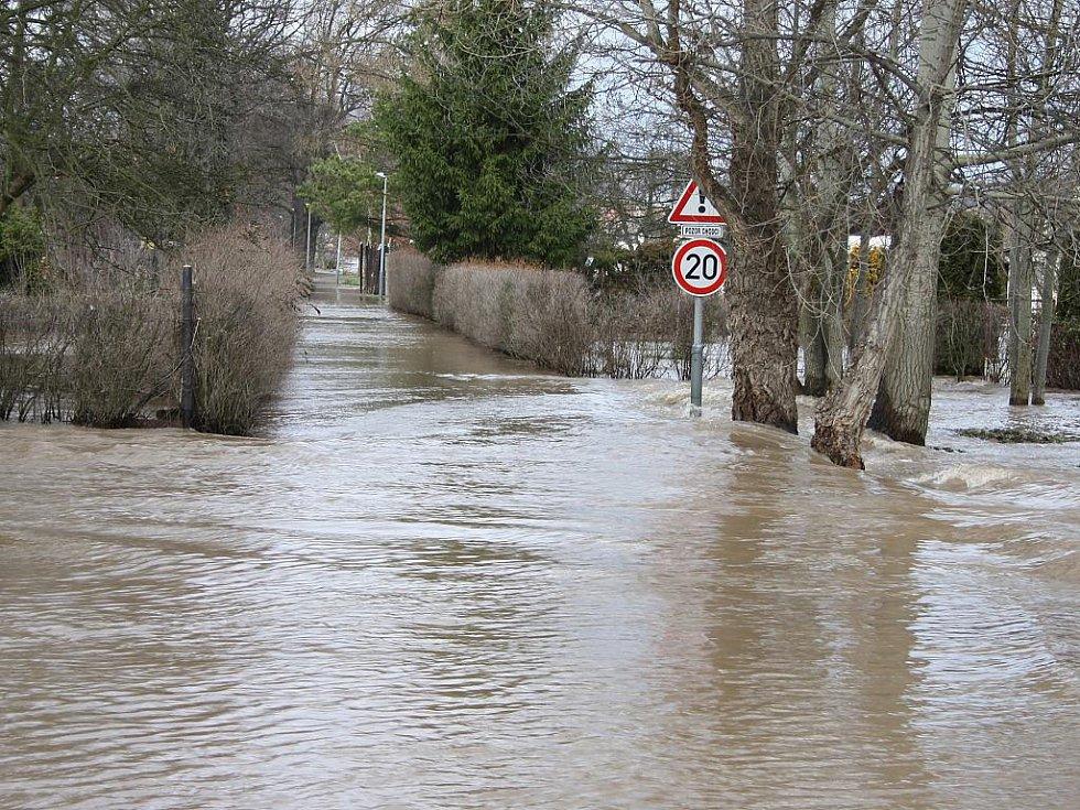 Sobota 15. ledna. Vedlejší silnice z Loun do Dobroměřic je pod vodou