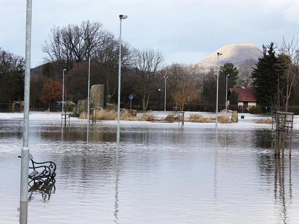 Sobota 15. ledna. Zaplavená odpočinková zóna u Masarykových sadů. Těmto místům se říká Benátky, což je nyní příznačné