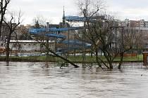 Sobota 15. ledna. Pohled na lounské koupaliště přes rozvodněnou Ohři