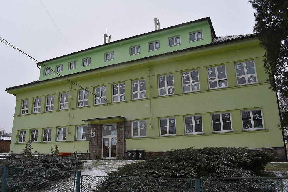 Základní škola ve Vroutku.
