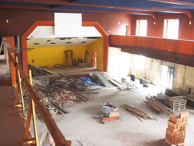Hlavní sál Zastávky krátce po začátku rekonstrukce