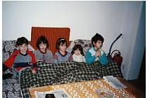 Děti se v prosinci roku 1990 připravují ke spánku v bývalé podnikové chatě Šroubárny Žatec v Blatně na Podbořansku.
