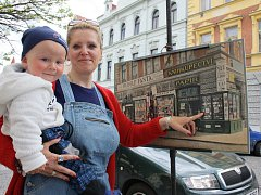 Hana Boušová a syn René Petr u zastavení před ZŠ. J. A. Komenského