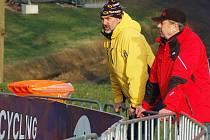 Pátek na MS cyklokrosařů v holandském Hoogerheide. Lounský trenér Milan Chrobák na obhlídce trati (ve žlutém)