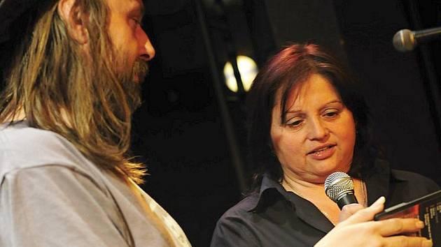Zpěvák a kytarista Miroslav Kuželka spolu s Hankou Zeleňakovou, pracovnicí divadla, pokřtili nové DVD kapely.