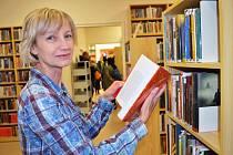 V Žatci po rekonstrukci za 15 milionů 2. ledna znovu otevřeli knihovnu. Na snímku knihovnice Marcela Vaňková