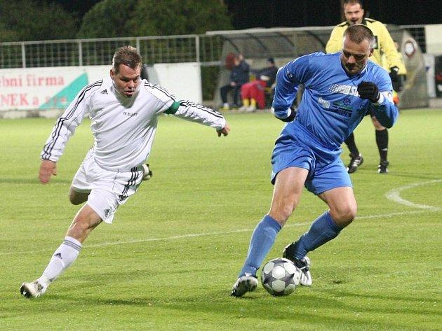 Fotbalisté z FK Chmel Blšany (v bílém) hostili v pátek večer hráče z FK SIAD Souš.