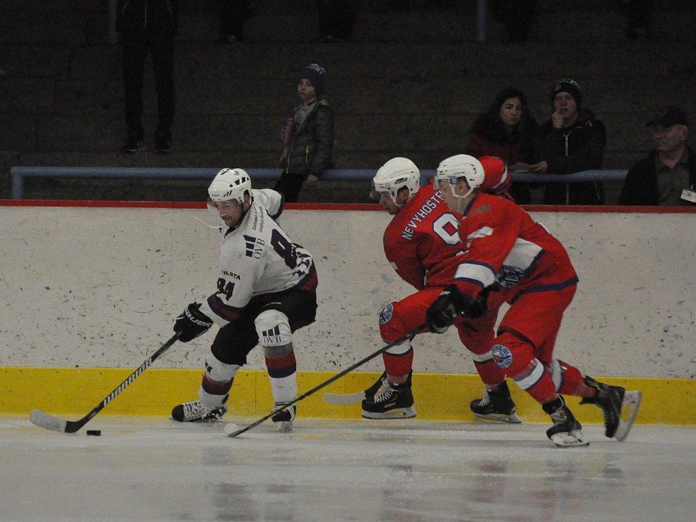 Hokejisté Slovanu Louny (v bílém) zvládli první kvalifikační duel o ligu.