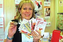 """""""Za posledních sedm let jsem orazítkovala už více než deset tisíc valentýnských zásilek,"""" směje se  Andrea Holátková na poště v Milostíně."""
