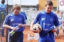 Bratři Ondřej (vlevo) a Petr Vítovi patří mezi klíčové hráče žateckého nohejbalu. Oba o víkendu na Moravě hráli.
