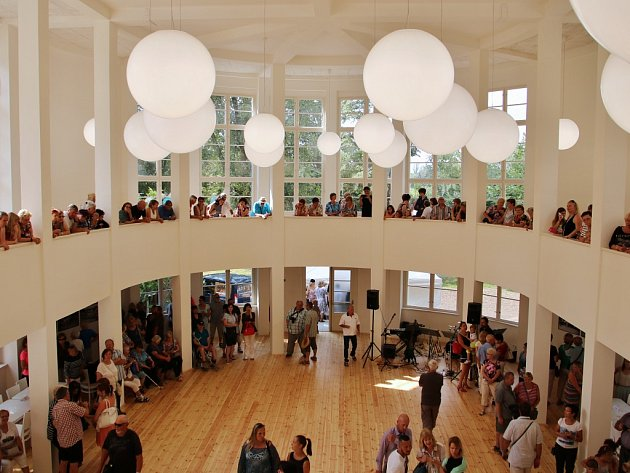 Slavnostní otevření pavilonu Ana lounském výstavišti 8.července. Architektonická památka prošla rekonstrukcí za více než 14milionů korun. Nově vní funguje kavárna, sál je připraven například pro hudební produkce.