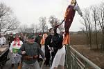 Účastníci masopustního průvodu shazují hořící Moranu, čarodějnici, z mostu do Ohře poblíž Postoloprt.