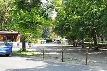 Mezi školou a zmrzlinovým stánkem jsou nyní zábrany, ale ty brzy zmizí, místo bude přestavěno a z ulice Hájkovy bude možné po mnoha letech opět vyjíždět do hlavní Svatováclavské ulice.