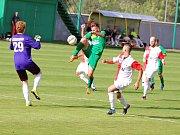 Slavoj Žatec (v zeleném) těsně porazil nováčka z Perštejna 2:1 (1:0). Víťa Hankocy na snímku dává úvodní gól.