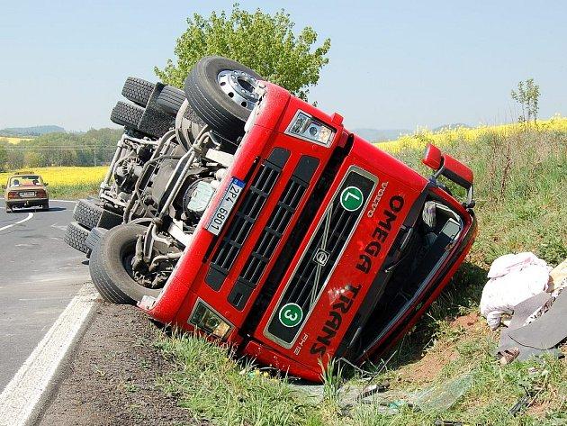 Převrácený kamion nedaleko Lubence.