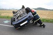 Řidička převrátila auto na střechu.