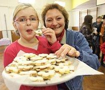 Aneta Dosedlová s učitelkou Eliškou Maděrovou ochutnávají kvalitu koláčků v budově školy v Měcholupech.