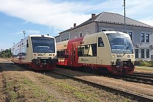 Soupravy Stadler RegioShuttle na nádraží v Lounech.