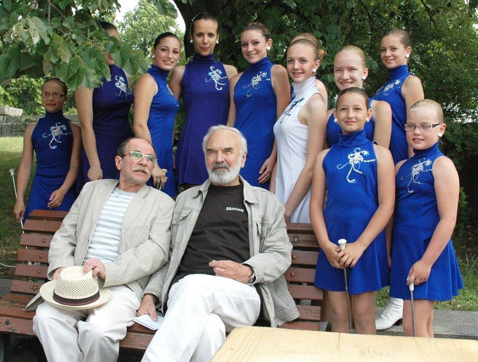 Zdeněk Svěrák a Jaroslav Uhlíř s mažoretkami z Postoloprt, které několikát v Praze zahajovaly charitativní Běh pro Paraple.