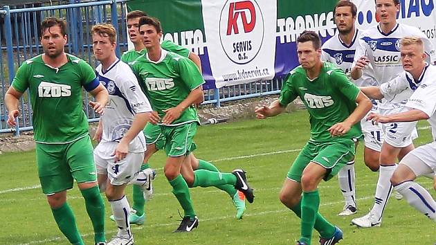 Fotbalisté Slavoje Žatec (v zeleném) dali v Kladně jediný gól po standardní situaci.