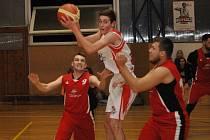 Basketbalisté Loun si i v minimální sestavě poradili s Roudnicí a nasázeli jí stovku.