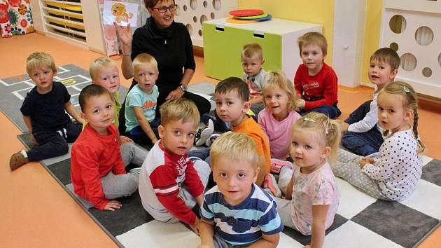 Učitelka Hana Počtová s dětmi v nové dětské skupině, která získala prostory na žateckém náměstí.