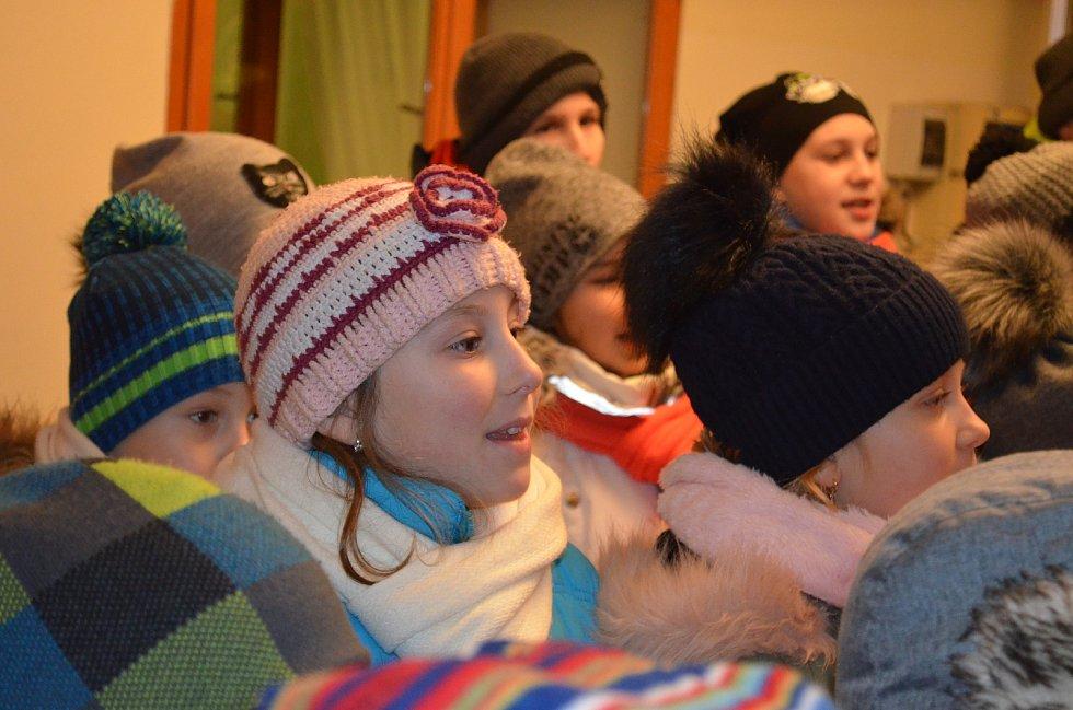 Česko zpívalo koledy s Deníkem i v atriu lounské knihovny. Zpívali všichni - příchozí, dětské sbory, rodiče, babičky i dědečkové.