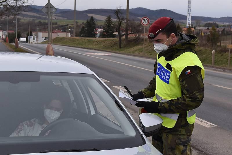 Sobotní hlídka policie a vojáků na silnici I/6 Praha - Karlovy Vary v Lubenci na Podbořansku.