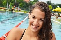 Špičková plavkyně Lucie Svěcená při přípravě na žateckém koupališti