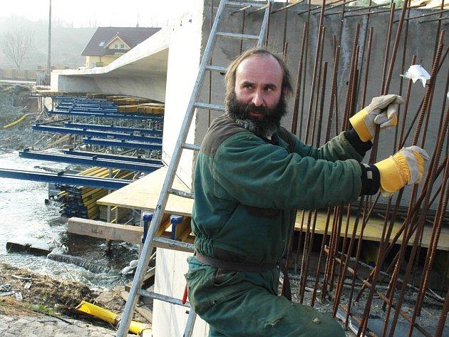 Jaroslav Salava připravuje armaturu z drátů před betonováním na novém mostě v Libočanech.