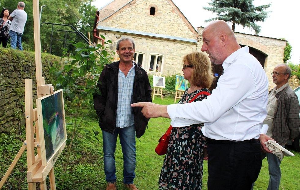 U řeky Ohře, v místech, kde okolní krajinu maloval světoznámý malíř Zdeněk Sýkora, se v Počedělicích opět setkali jeho přátelé, umělci i lidé, které umění oslovuje.