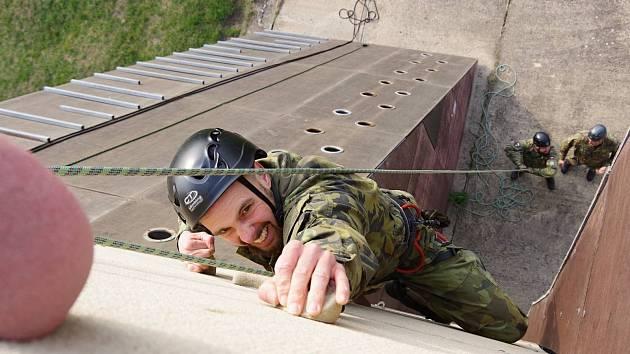 U 41. mechanizovaného praporu v Žatci probíhal v minulých dnech kurz vojensko-praktického lezení na trenažéru Jakub.