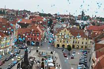 Jeden tisíc deset modrých a bílých balónků se vzneslo v roce 2014 k nebi z náměstí Svobody v Žatci.