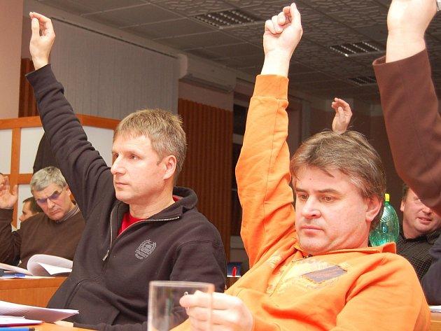 Leo Peterka a Lumír Šopf (vpravo) hlasují při schvalování rozpočtu Podbořan na rok 2009.