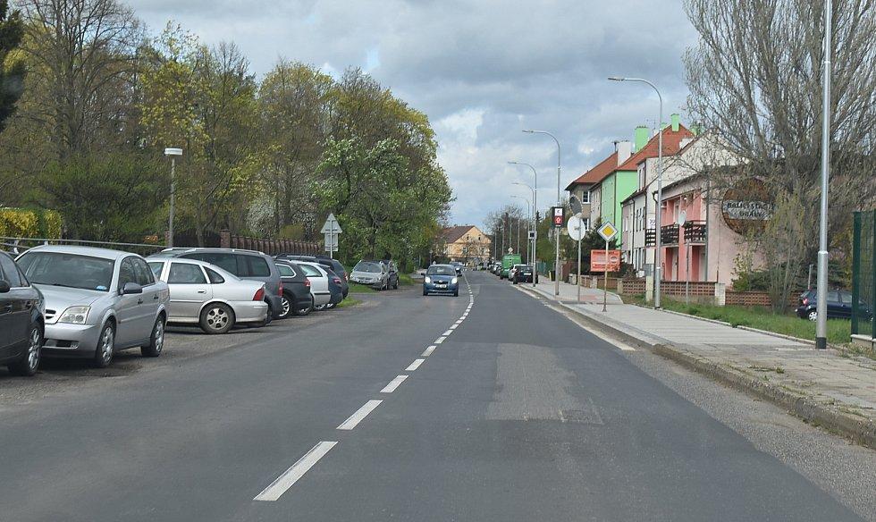 K rychlé jízdě svádí řidiče také rovný úsek Pražské ulice.