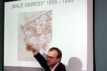 Ředitel žateckého muzea Jiří Kopica při přednášce o historii Lounska, Žatecka a Podbořanska z hlediska správního členění.