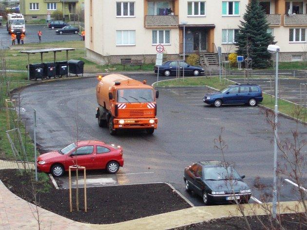 Vůz technických služeb se v pátek při čištění Javorové ulice proplétal mezi auty, jejichž majitelé je nepřeparkovali.