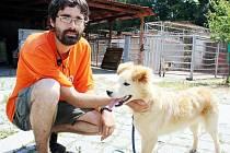 """""""Smlouvu s městem mít nebudeme, ale činnost útulku tím nekončí, budeme normálně v péči o zvířata  pokračovat dál,"""" říká David Kubalík ve svém zařízení v Jimlíně."""