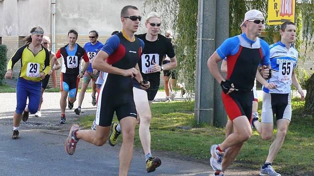 Závodníci probíhali také ulicemi obce. S číslem 55 Tomáš Vojtěchovský (celkově 6. místo), v pozadí domácí Leoš Reiterman (číslo 29).