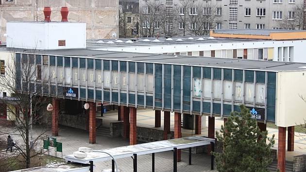 Klub Zanzibar (na sloupech) a další části komplexu Luna na lounském náměstí Zschopau na archivním snímku