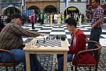 Ve finálové partii se na náměstí utkali Jan Begy (vlevo) a Michal Volf. Tahy do mikrofonu hlásil Miroslav Urban (vpravo).