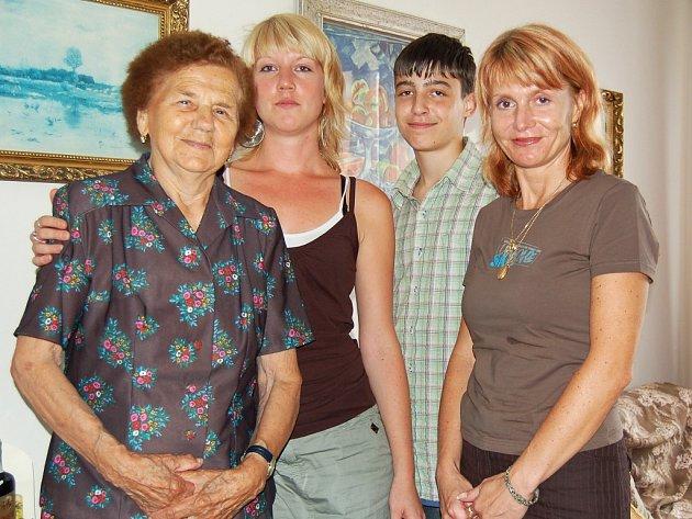 Jubilantka Marie Mecnerová slavila své 90. narozeniny se svou rodinou. Na snímku zleva Martina Boušová, Jakub Magar a Renata Magarová.