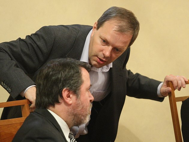 Senátor za Rakovnicko a Lounsko Marcel Chládek (stojící) hovoří s bývalým žateckým starostou Erichem Knoblauchem