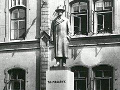 Návrh podoby obnoveného pomníku T. G. Masaryka před lounskou ZŠ J. A. Komenského. Figura odpovídá původnímu návrhu architekta O. Švece, jaký býval od roku 1930 k vidění na témže místě.