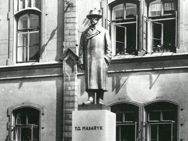 Návrh podoby obnoveného pomníku T. G. Masaryka před lounskou ZŠ J. A. Komenského. Figura odpovídá původnímu návrhu architekta O. Švece, jaký býval od roku 1930kvidění na témže místě.