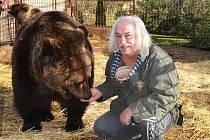Jaroslav Kaňa z Veletic na Žatecku chová medvědy, tygry, ocelota a lva. Jeho zvířata hrála v desítkách filmů, seriálů a reklamách.