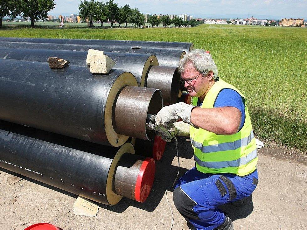 Miroslav Gabriel brousí nové parovodní potrubí nedaleko Žatce.