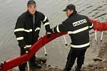 Cvičení hasičů s nornými stěnami na Ohři