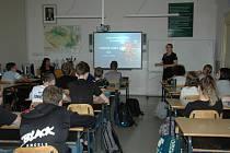 Hasiči, zdravotníci, policisté i vojáci navštívili žatecké gymnázium.