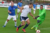 Fotbalisté Dobroměřic (v bílém) sice inkasovali první, pak ale soupeře smetli pěti góly.